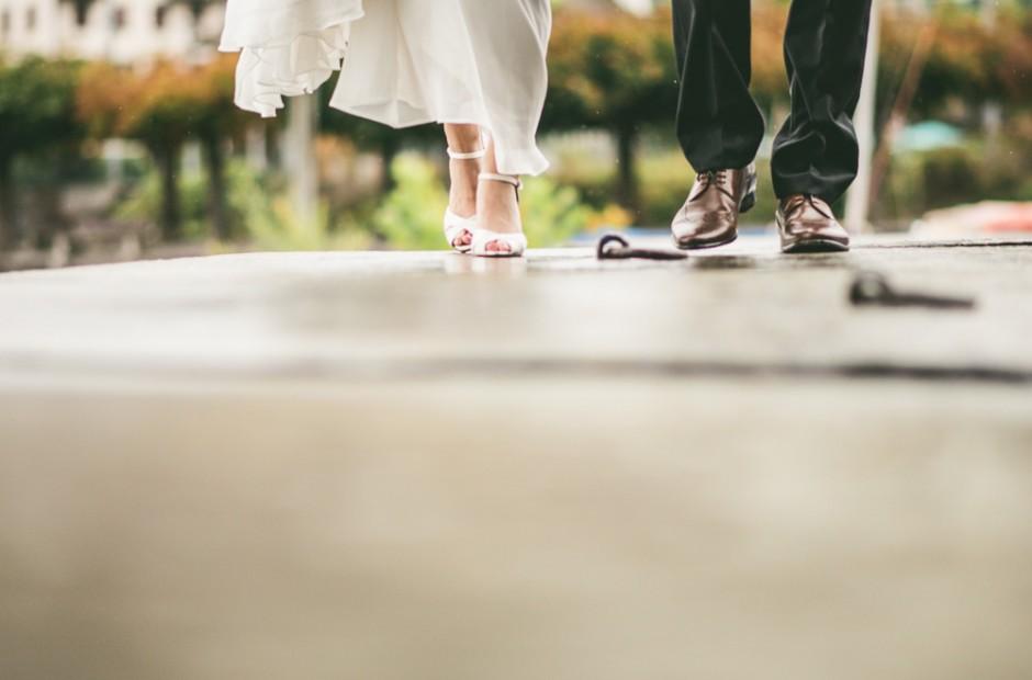 Braut und Bräutigam, die auf einer Brücke am See -Hochzeitsfotograf Mosbach