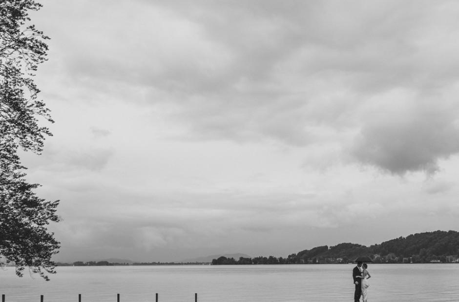Braut und Bräutigam, die auf einer Brücke am See – Hochzeitsfotograf Mosbach