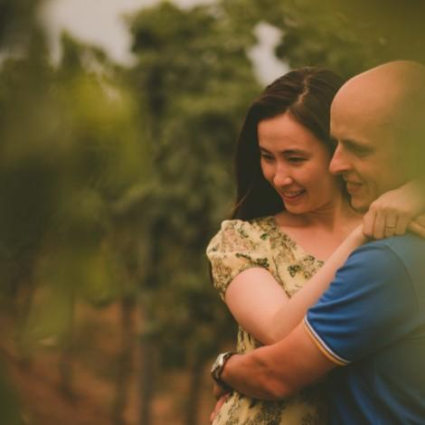 Glückliche Paare, die zusammen Zeit genießen. Weingut. Hochzeitsfotograf Mosbach
