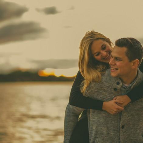 Glückliche romantische liebende Paar am See. Hochzeitsfotograf Mosbach