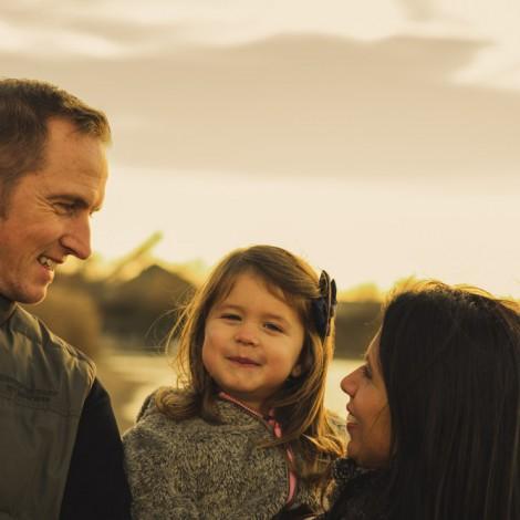 Glückliche Familie an einem See in Herbst. Fotograf Mosbach