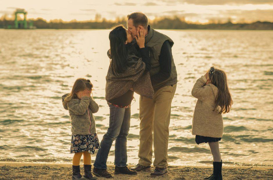 Kinder schließen ihre Augen, wenn Eltern küssen. Fotograf Mosbach und Umgebung
