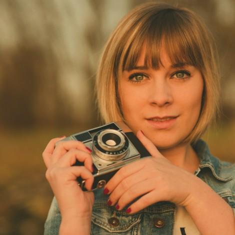 Analogkamera. Frau im Wald. Fotoshooting. Fotograf Mosbach Umgebung