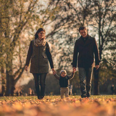 Fröhliche Familie Laufen Zusammen. Fotograf Mosbach