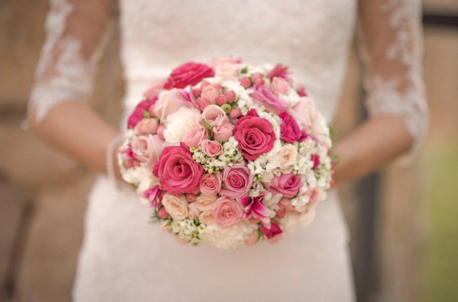 Runder, kurzgebundener Brautstrauß mit weiß-rosa-linken Rosen. Hochzeitsfotograf Mosbach