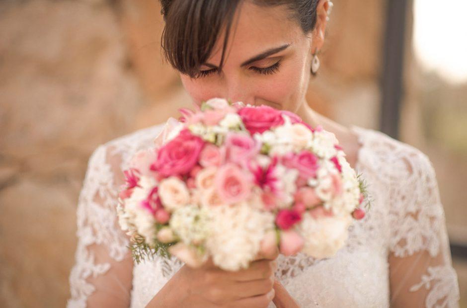 Glückliche Braut, Die Mit Blumenstrauß Lacht. Hochzeitsfotograf Mosbach