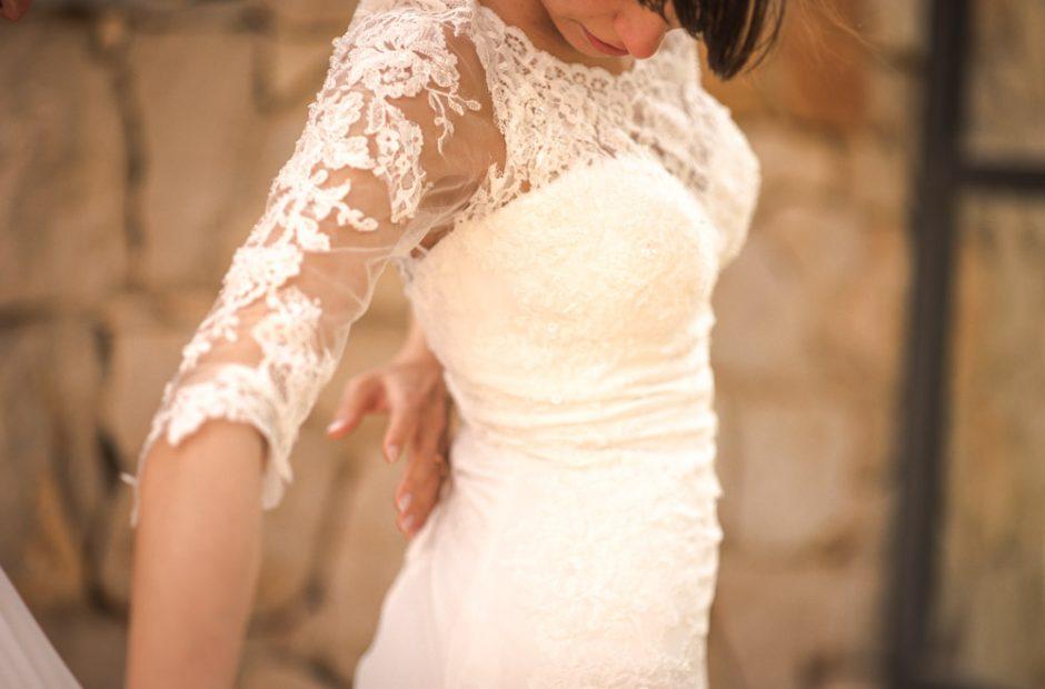 Tanzende Braut in Kleid mit Spitze. Hochzeitsfotograf Mosbach