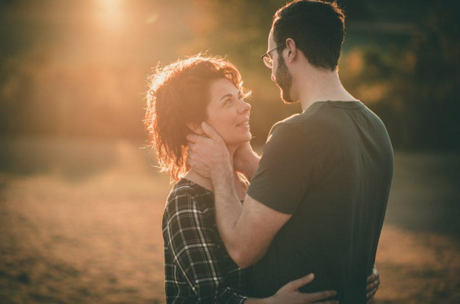 Er hält ihr Gesicht und sagt ich liebe Dich – Hochzeitsfotograf Mosbach