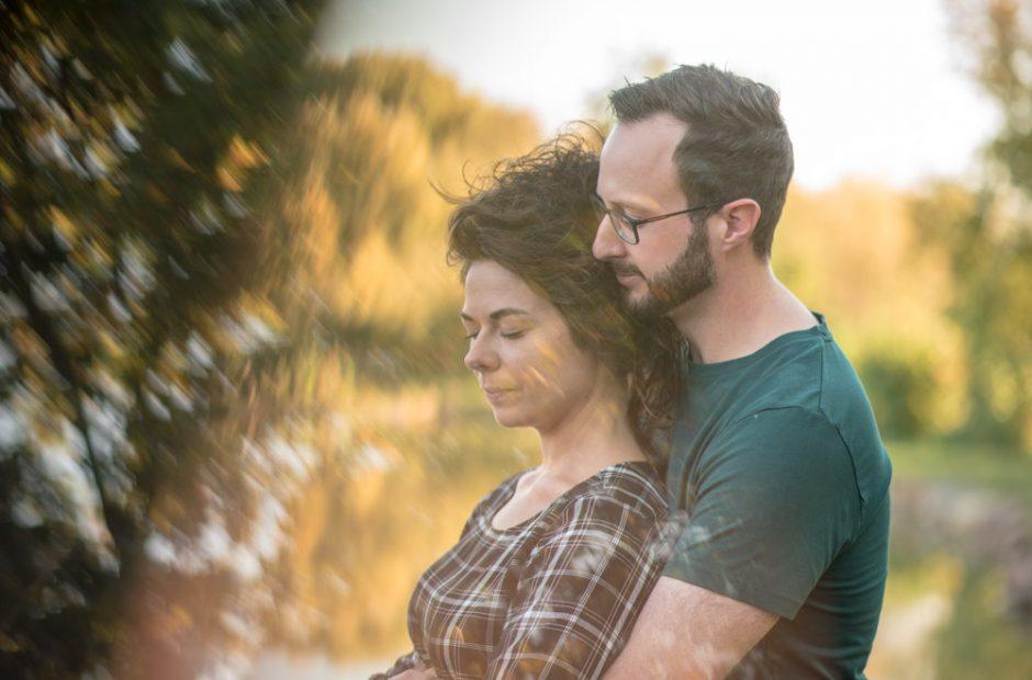 Paar träumt gemeinsam; Geborgenheit im Arm des Geliebten – Hochzeitsfotograf Mosbach
