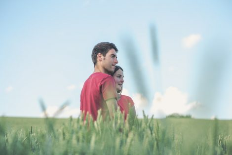 Paar schaut in die gleiche Richtung. Hochzeitsfotograf Mosbach, Eduardo Vento Fotograf