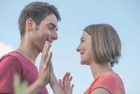 Paar schaut sich in die Augen. Paar Gemeinsam in die gleiche Richtung schauen - Hochzeitsfotograf Mosbach